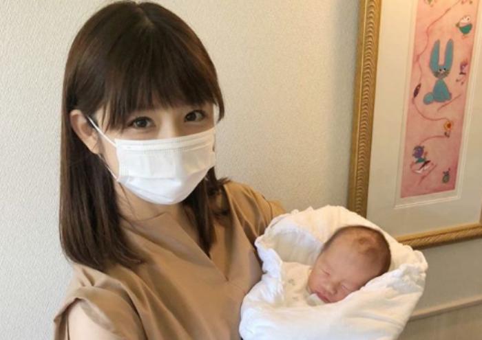 小倉優子が子供を抱えてる